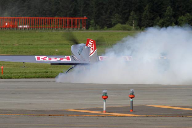 Photos: Extra EA-300S JA11DB acro (4)
