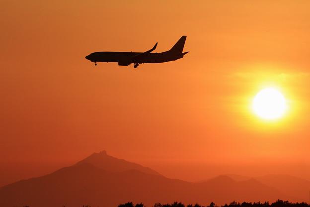 B737-800 JALと恵庭岳そして夕陽