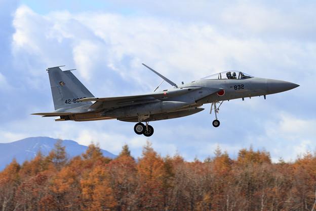 写真: F-15J 832 201sq 樽前山には雪の痕