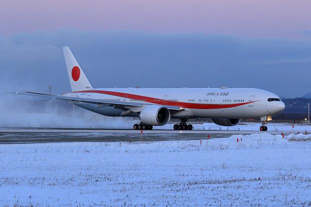 B777 次期政府専用機 80-1111 Night trainingへ (1)