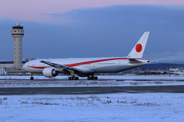 B777 次期政府専用機 80-1111 Night trainingへ (3)