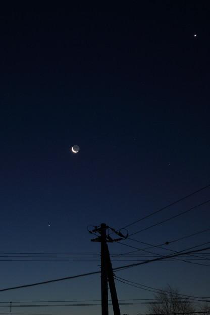 東の空に上から金星と月と木星さらにさそり座のアンタレス