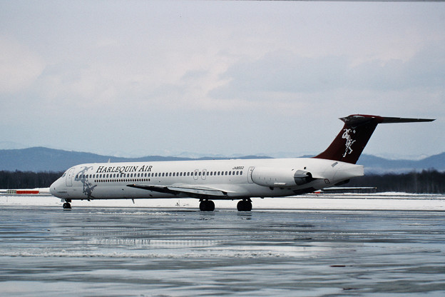 MD-81 JA8552 Harlequin Air HLQ CTS 1998.02 (1)