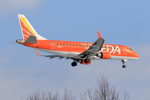 Photos: ERJ-175 FDA JA05FJ approach
