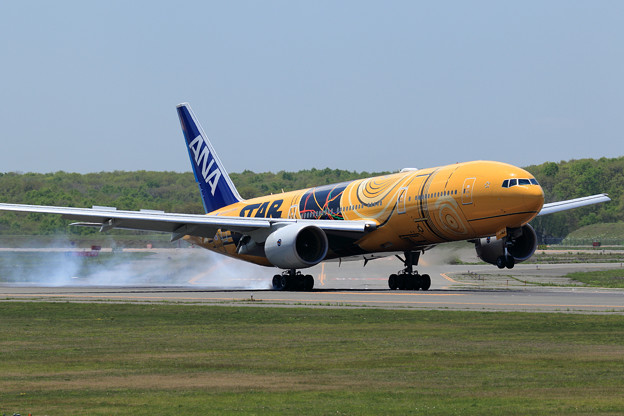 Boeing777 ANA JA743A touch down