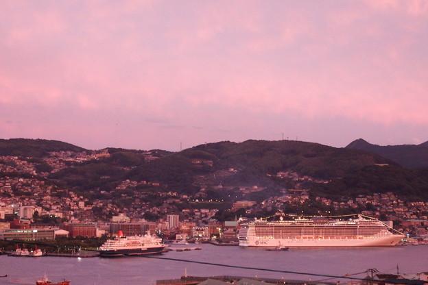 ピンクのMSCスプレンディダとにっぽん丸