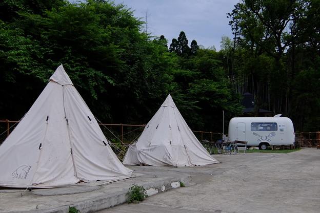 対岸のテント村