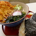 写真: 駅前で食事