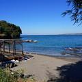 写真: 季節外れの海水浴場