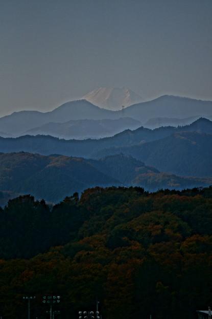顔を出す富士山