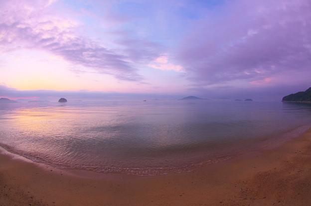写真: 黄昏の渚