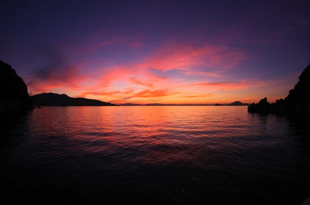写真: 夕焼けを映して