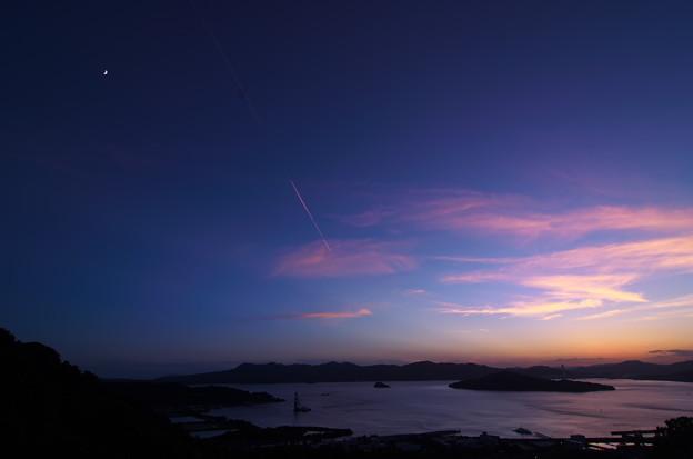 小さな海の夕空に