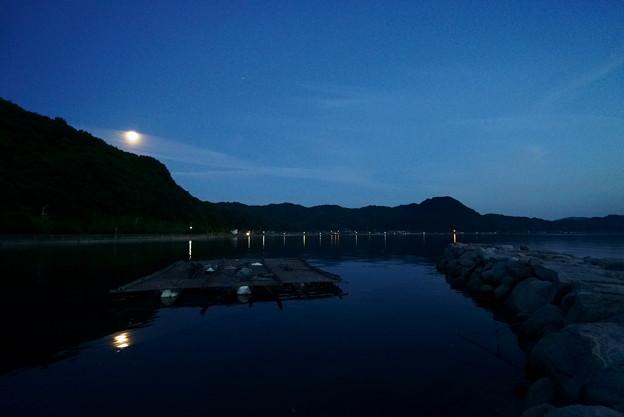 山端の夕月 水面にも