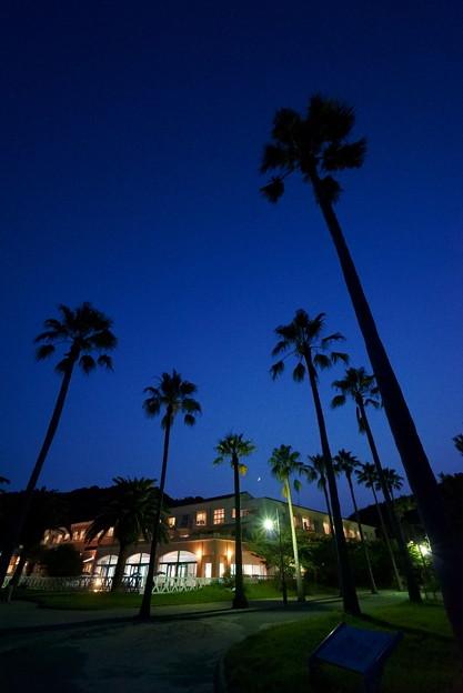月夜のリゾートホテル