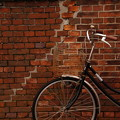 写真: 自転車と壁の関係