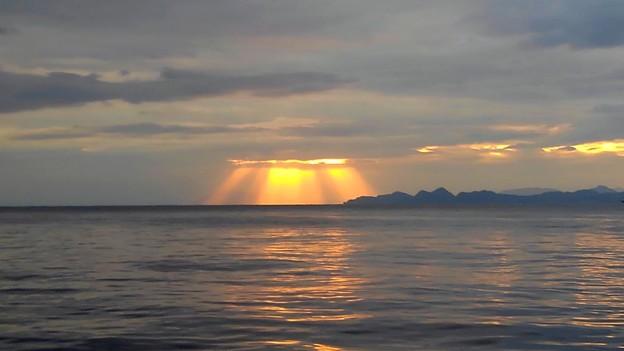 雲の切れ間から降り注ぐ光
