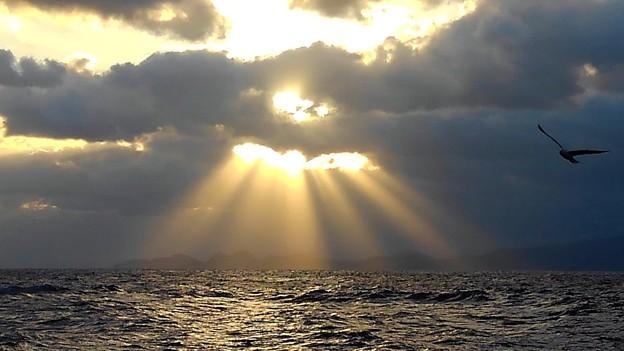 雲間から射し込む朝日