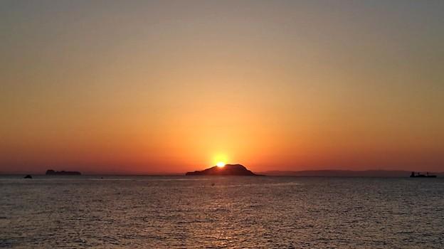 冠島越しに昇る太陽