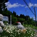 写真: 花とお地蔵さん