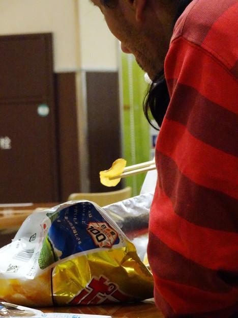 ポテチを箸で食う男