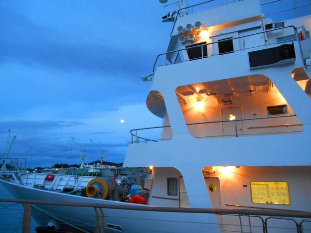 停泊中の国立広島商船高専「広島丸」と満月
