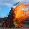 写真: 火勢烈しく~とんど祭り2016~