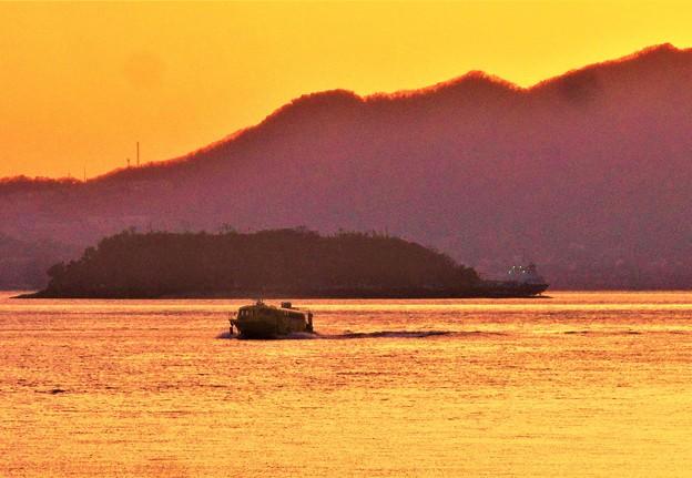鯨島沖を高速艇がゆく@停泊中の船一隻@夕暮れの瀬戸内海
