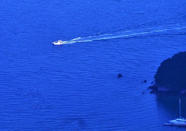 観音崎沖合をゆく@白い釣り船ボート@高見山展望台