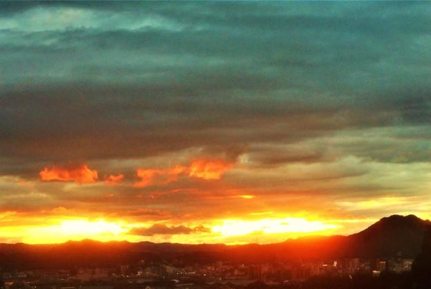 暗雲の垂れ込める夕焼けの空@糸崎の丘