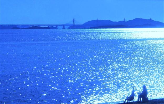 写真: 秋の瀬戸大橋と釣り人たち@玉野・渋川海岸