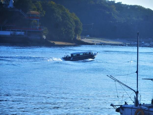 写真: 貨物船の大波にもまれる小型定期便@瀬戸内海・新浜港沖合