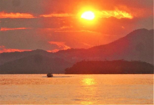 週末の師走の海を釣りボートが駆ける@瀬戸内海