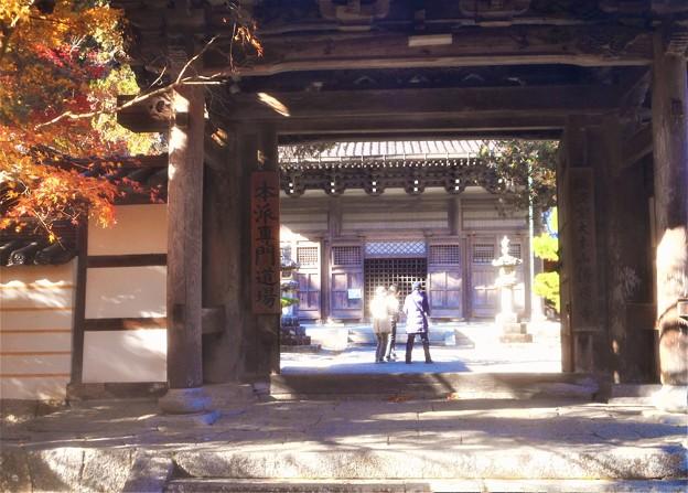 佛通寺総門と法堂(仏殿)の秋