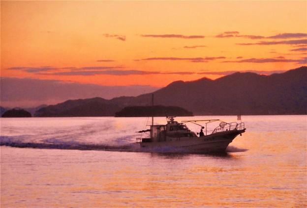 新春の日没の海と帰港船@瀬戸内海・燧灘