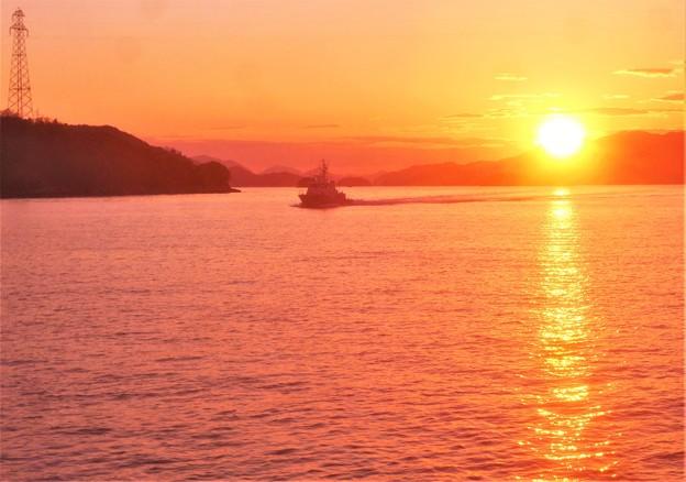快走する からたち丸(海保CL71)と早春の夕陽@瀬戸内海