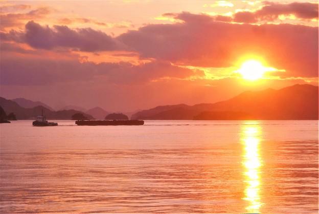 台船を曳くタグボートと赤い夕陽@早春の瀬戸の海