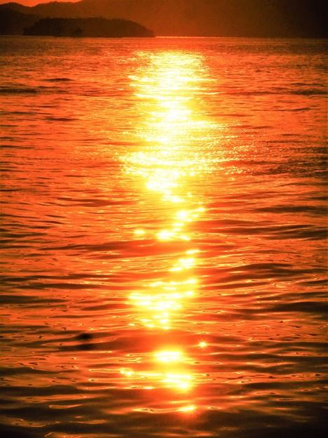 揺らり揺らりと煌(きら)めく光の道@早春の瀬戸内海