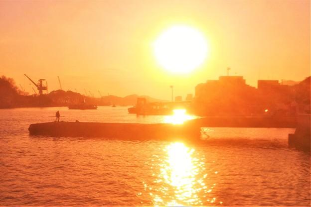 市役所前の夕暮れの海