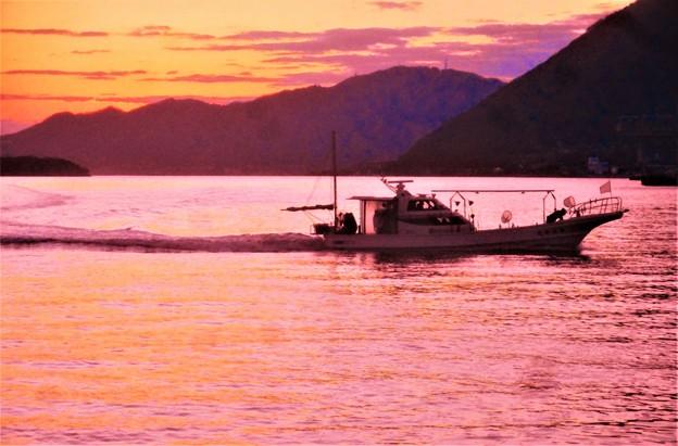 早春の瀬戸の夕暮れ@帰港する船