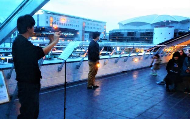 「花は咲く」「時代」などを演奏するフルート奏者@新駅舎オープン記念ライブ