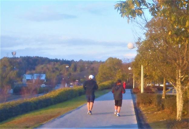 日曜日の夕暮れのジョギングコース