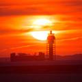 写真: 夕日と管制塔2