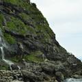 日本海に落ちる滝