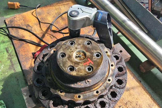 油圧トルクレンチで圧延機のボルト緩め トルク9000Nm