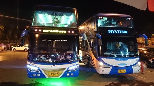 左のバスです