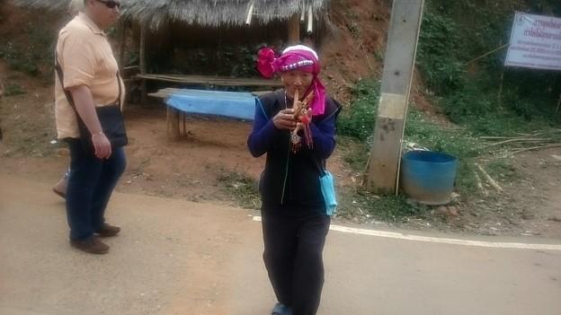 田舎の村です、観光用の笛吹オジサン