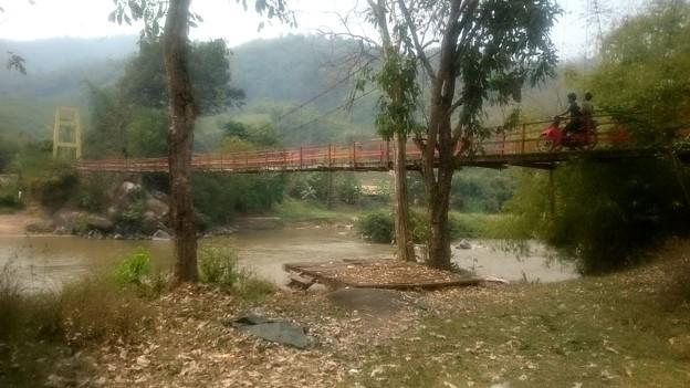 吊り橋なのでバイクと人だけ通れます