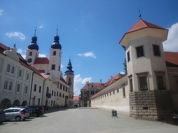 左が教会で右はテルチ城です