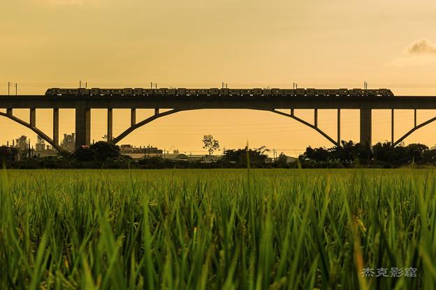 夕暮れの鉄道橋